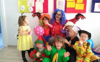 Naša ekipica s odjela vrtića jutros je uživala u maskembalu. Radost, kostimi, ples, pjesma…💃 👧 😀